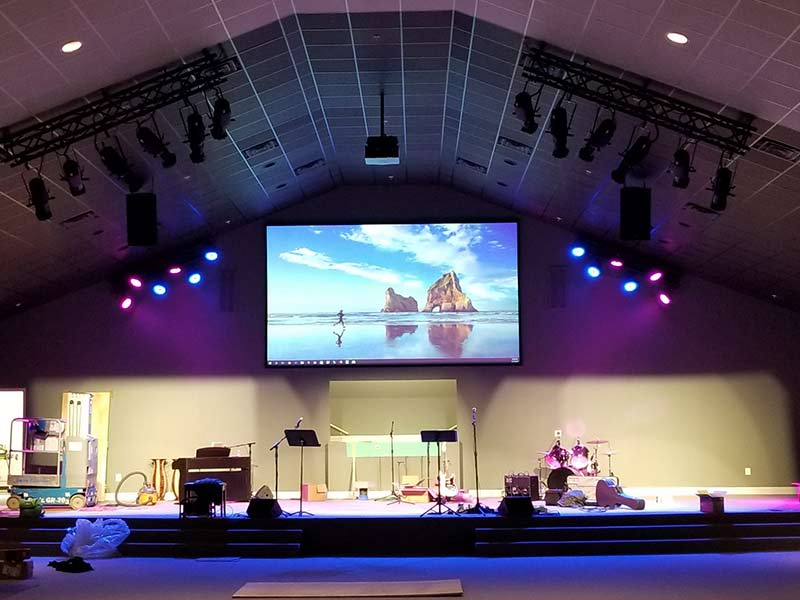 Optoma ZU850 with Da-Lite screen in church
